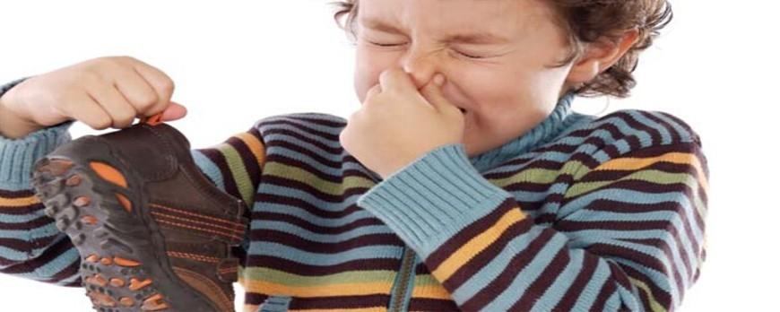 چگونه بوی بد کفشم را از بین ببرم